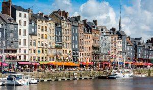 Frankreich eignet sich für einen Urlaub mit dem Hausboot beinahe noch besser als Italien oder Irland. Denn hier gibt es Flüsse und Kanäle verschiedener Größe, die vom Gütertransport ausgeschlossen sind und so viel Platz für alle lassen, die selbst einmal hinter dem Steuer stehen wollen. (#01)