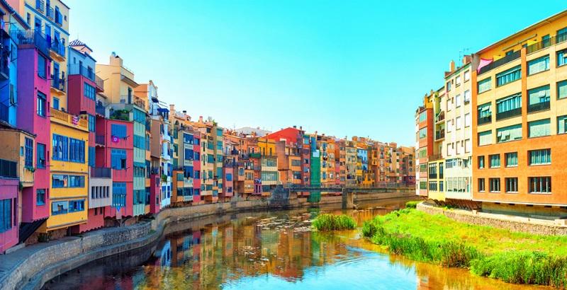 Girona liegt nicht direkt am Meer, gehört jedoch architektonisch und kulturell zu den sicherlich schönsten Städten Spaniens.