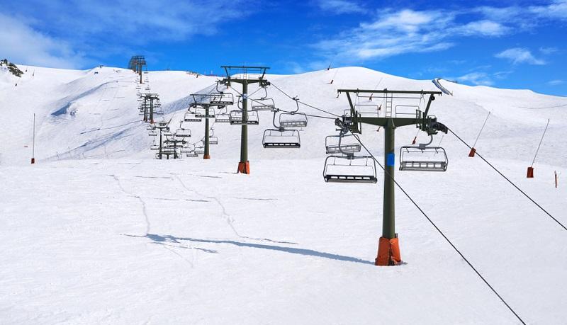 Wen es hoch in den Norden in die katalanischen Pyrenäen zieht, sollte von Lleida Richtung Baqueira-Beret in das beliebteste Skigebiet ganz Spaniens fahren.