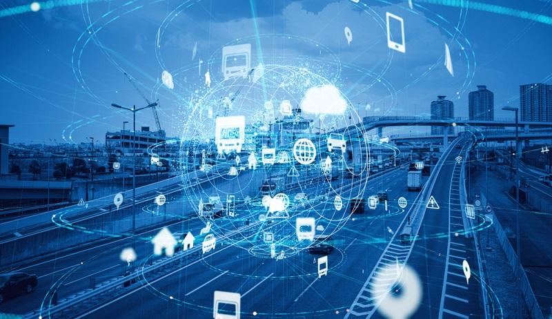 Cellular V2X ermöglicht eine verbesserte Kommunikation der Fahrzeuge.(Fotolizenz- shutterstock_ metamorworks )