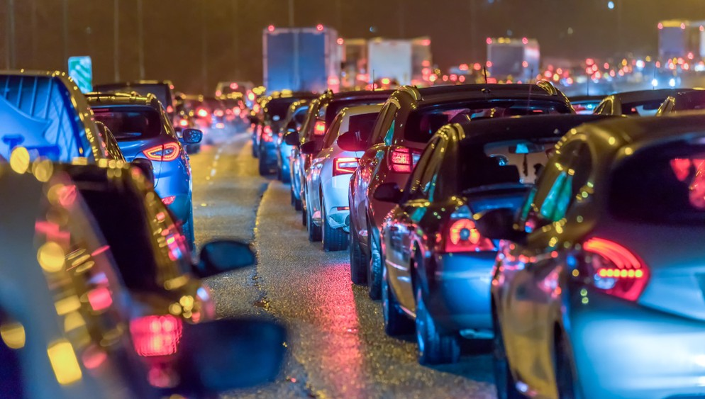 Der dichte Verkehr in den Innenstädten mit seinem hohen Unfallrisiko wird auf jeden Fall von Cellular V2X profitieren.  (Foto: shutterstock - Jevanto Productions, #3)